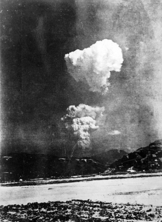 Picture found in Honkawa Elementary School in 2013 of the Hiroshima atom bomb cloud, believed to have been taken about 30 minutes after detonation of about 10km (6 miles) east of the hypocentre. Foto Wikimedia Commons